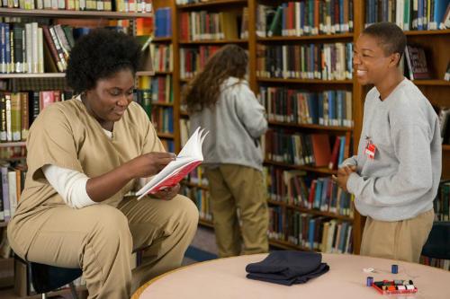 Taystee e Poussey da série Orange is the new black na biblioteca